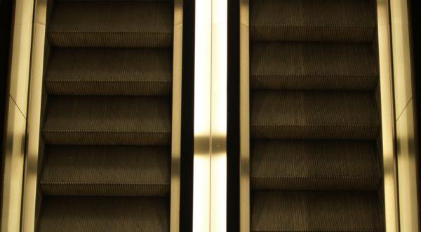 zwei Rolltreppen von oben.