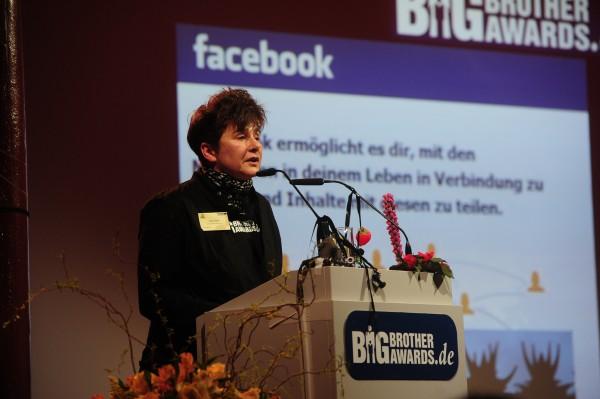 Rena Tangens hält Laudatio für BBA Preisträger Facebook
